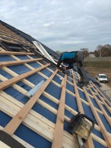 Dachdecker montiert Fenster